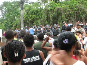 Taboinha residents gather in front of Police