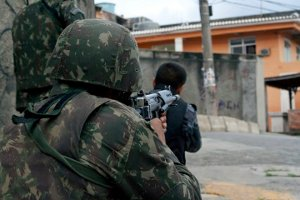 Soldiers and Police officers cover a street at Complexo do Alemão