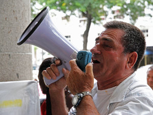 Altair Guimarães, president of the Vila Autódromo community association, addresses the crowd
