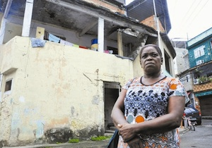 Carmélia, in front of the house she had to leave after rent doubled from R$300 to R$600. Photo: Estefan Radovicz / Agencia O Dia