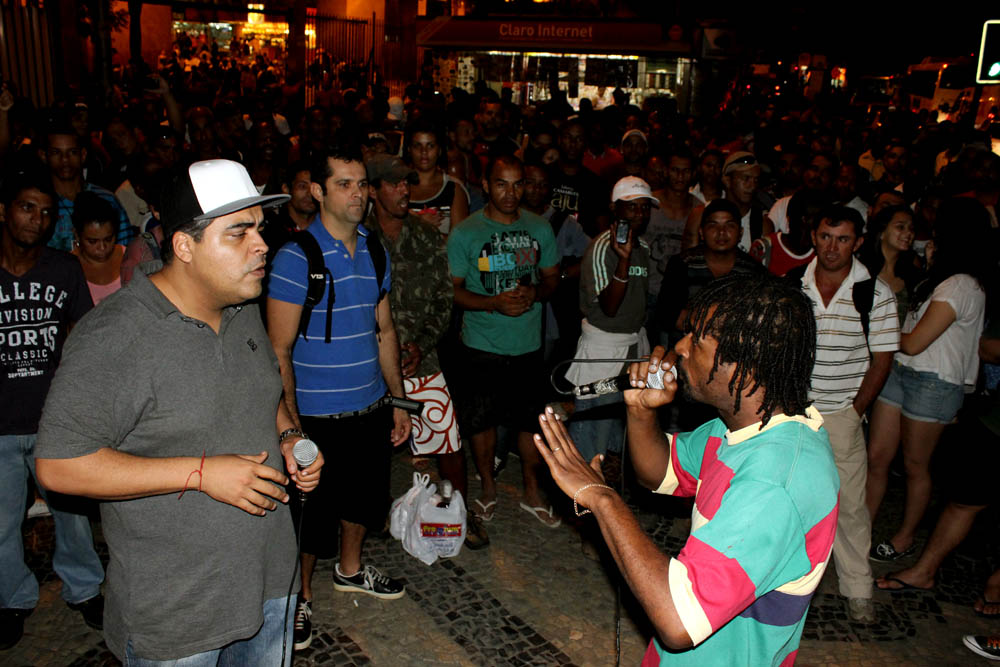 MC Leonardo (left) at Apafunk organized funk event