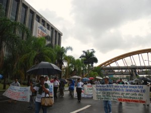 Vila Autódromo residents protest in front of City Hall last Thursday