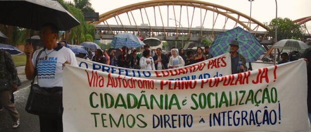 Protesters outside City Hall demanding Vila Autódromo's integration