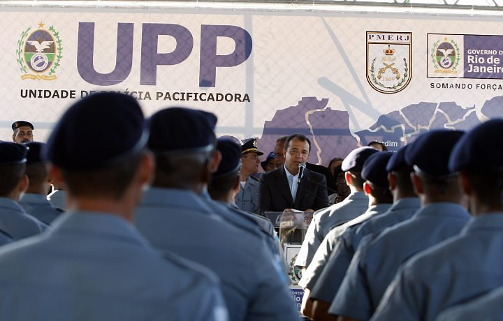 Governor Sérgio Cabral speaking to newly trained UPP officers