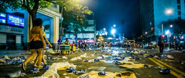 Tons of trash is left on the streets of Rio during carnival. Photo by Mídia Ninja