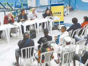 The debate happened at the Municipal Health Center in Morro da Formiga. From left to right: Marcelo da Silva, Flávio Ferreira, mediator André Balocco, Jorge Barbosa and Theresa Williamson