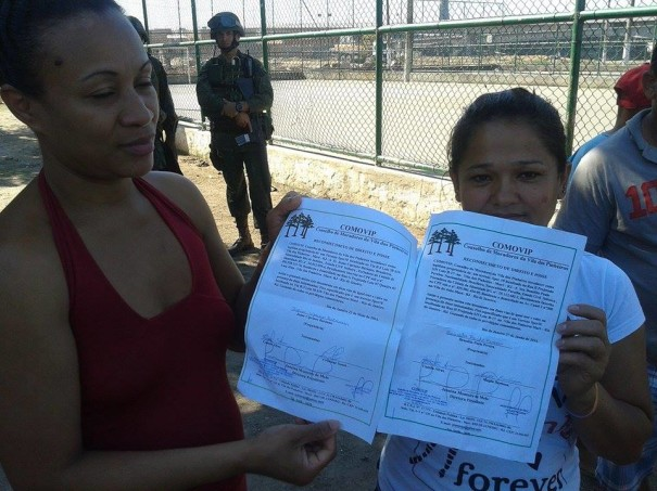 Jeane on the left, with Benedita, another evicted resident, with their ownership documents; Photo by Eliano Félix