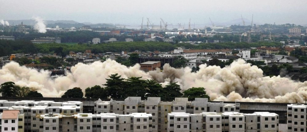 Destruction of a factory, with Minha Casa Minha Vida in the foreground, photo from Globo