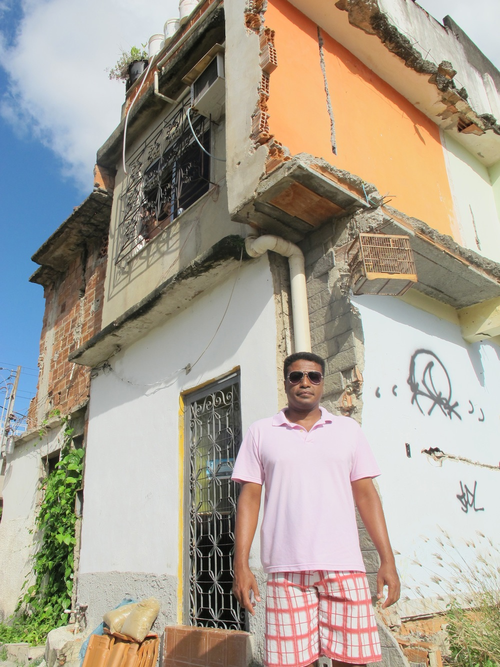 Vanderson-de-Guimarães-em-frente-a-sua-casa