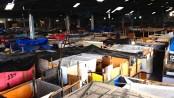 Galpão de antiga fábrica de tecidos está lotada de barracos desde março (Foto: Henrique Coelho/G1)