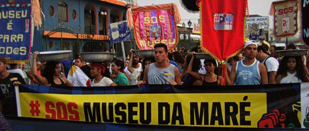 Banners at the Museu da Maré March