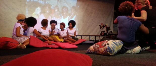 Meninas Black Power hold Encrespando at Engenho Novo.