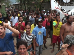 2011: Residents resist eviction in Vila Taboinha. Image courtesy of Jason O'Hara
