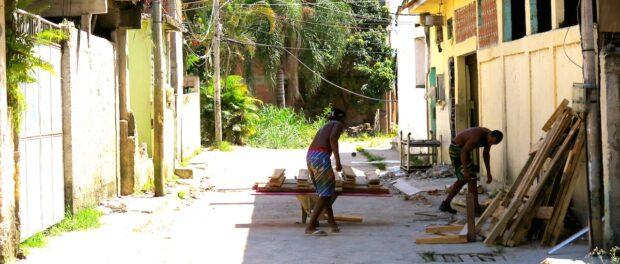 Moradores retirando materiais de sua casa.