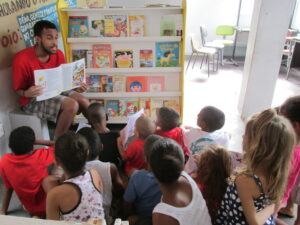 Reading afternoon: children participate in telling the story. Photo by Miriane Peregrino.