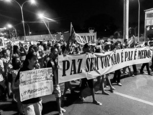 The community takes on the streets to protest against violence in the Maré complex