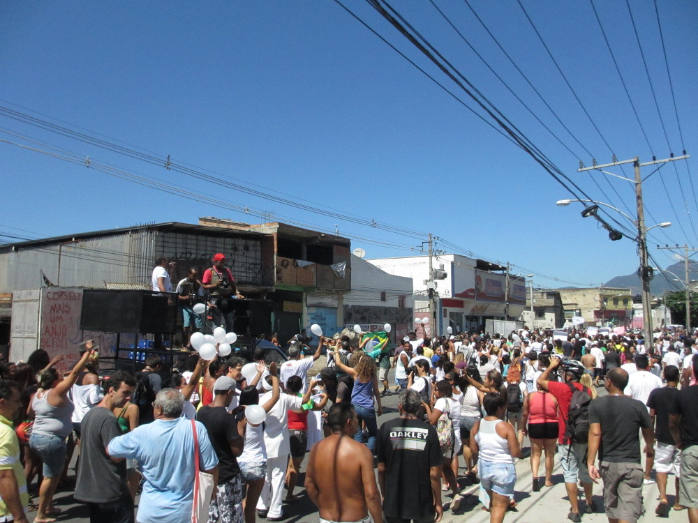 Around 500 people marched against violence in Complexo do Alemão.