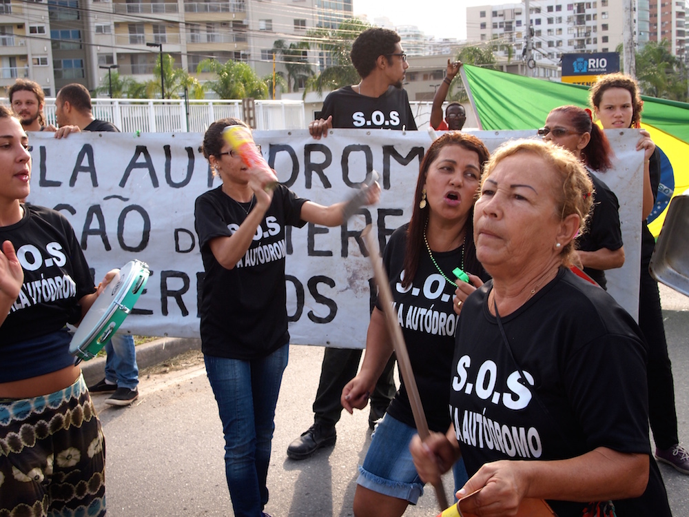 Chanting protesters at Vila Autódromo