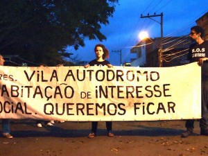 Residents protest in the early morning: Vila Autódromo is Social Interest Housing. We Want to Stay.