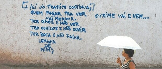 """Graffiti on a wall in Caju following its occupation: """"The law of drug trafficking continues. Whoever doubts this will die. Have eyes but don't see, have ears but don't listen, have a mouth but don't speak."""" Photo by Alexandre Vieira / Agência O Dia"""