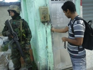 Resident encounters soldier at his doorstep. Photo: Miriane Peregrino