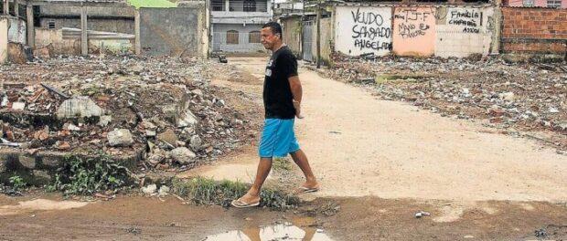 Resident of Vila Autódromo, Luiz Cláudio Silva, walking through the community. Photo by Antônio Scorza / Globo Agency