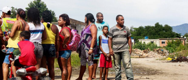 Fed-up with the situation, residents gather on the land that was their home. Photo: Betinho Casas Novas