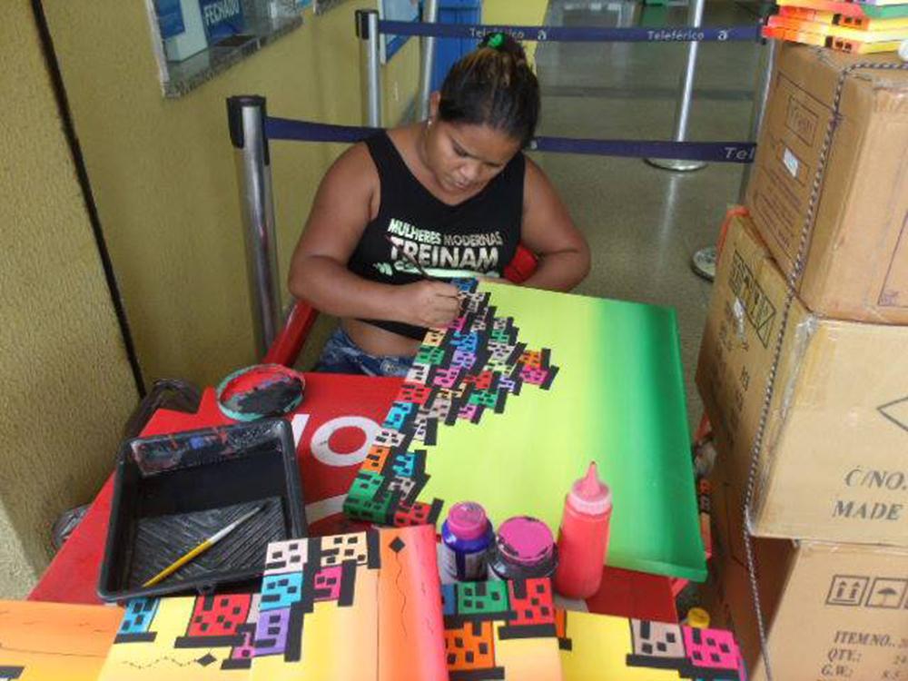 Mariluce paints a canvas
