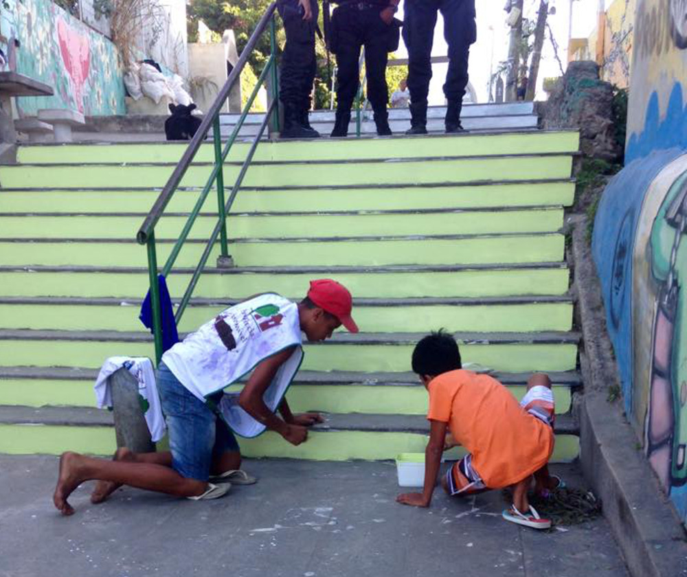 Young Residents paint Providência stairs with UPP presence