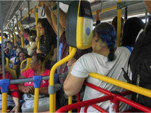 A photo of an overcrowded bus taken after the first restructuring phase. Fábio Guimarães / EXTRA