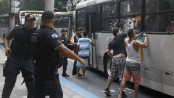 Copacabana residents attack bus. Photo by Marcelo Carnaval / Agência O Globo