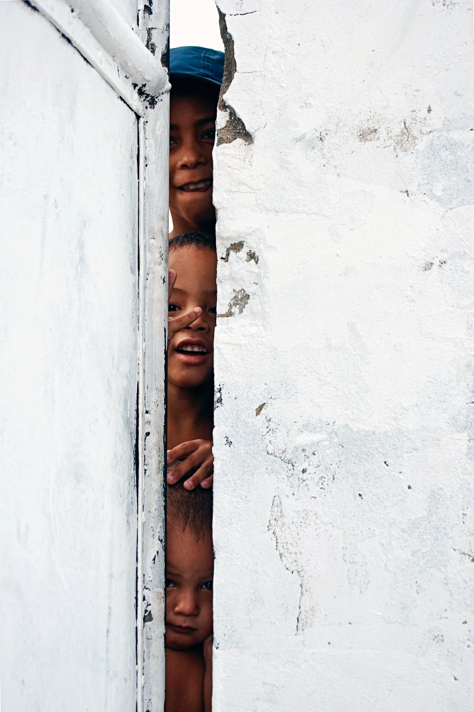 "Francisco Valdean, ""Youth in Timbau favela"" – catching Maré kids peeking and playing"