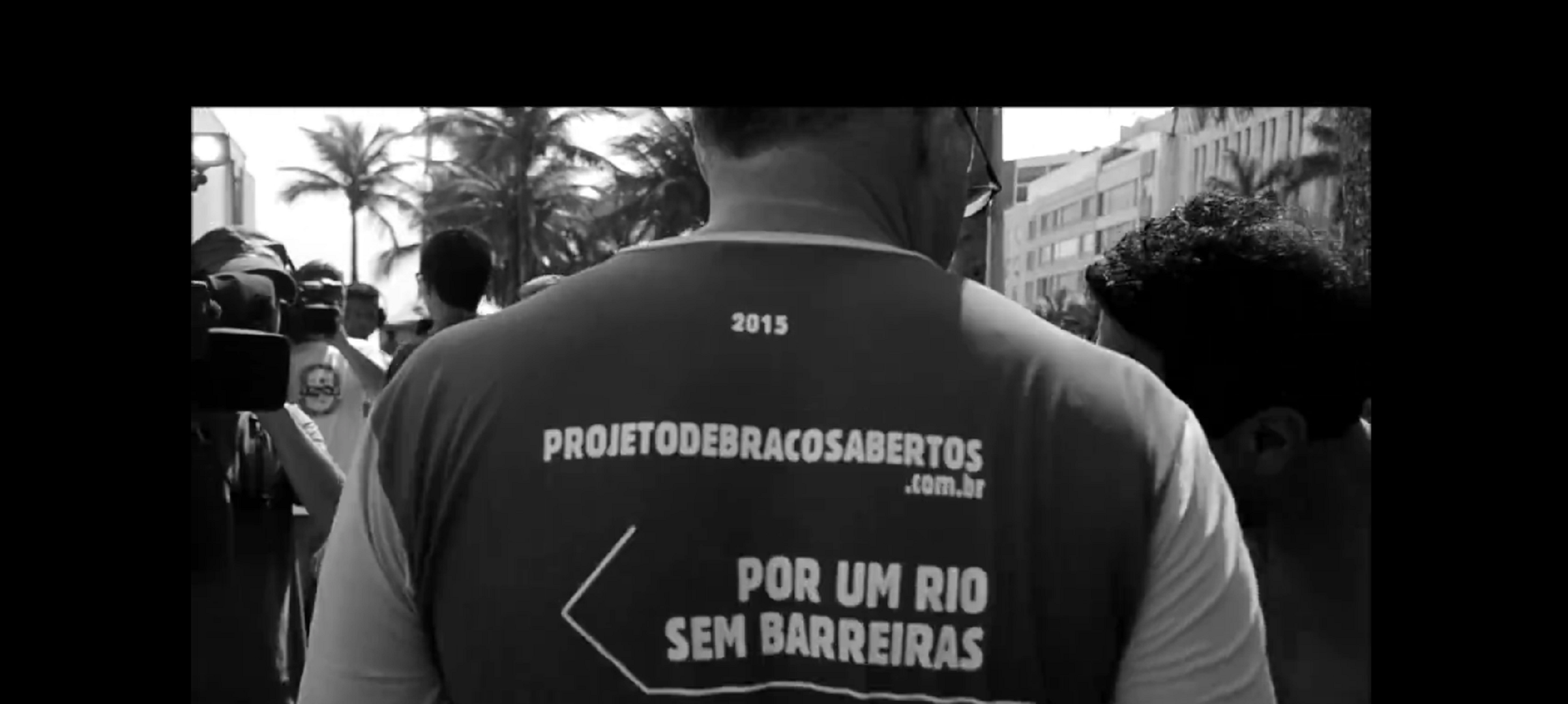 Secretary Beltrame with the t-shirt cited in the text. Image: Hare Brasil - Coletivo Carranca