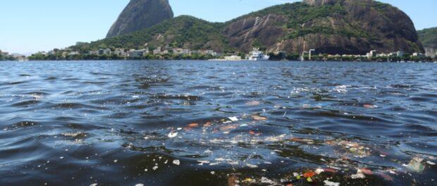 Garbage accumulates in the Guanabara Bay. Photo by Fernando Maia/UOL Mais