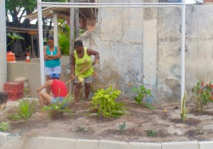 Residents restoring garden at new entrance to Vila Autódromo