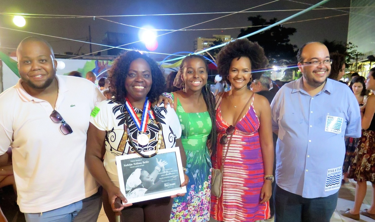 Heloisa Helena holds her awards with three of her four children and (right) City Councilor Renato Cinco who awarded the prize