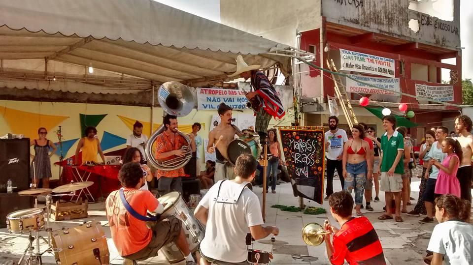 Musical performances at the #OcupaVilaAutódromo cultural festival. Photo by Juliana Kazan