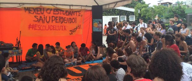 Student organizers of the recent São Paulo school occupations discuss their experiences with high school and college students from Rio's student movements.