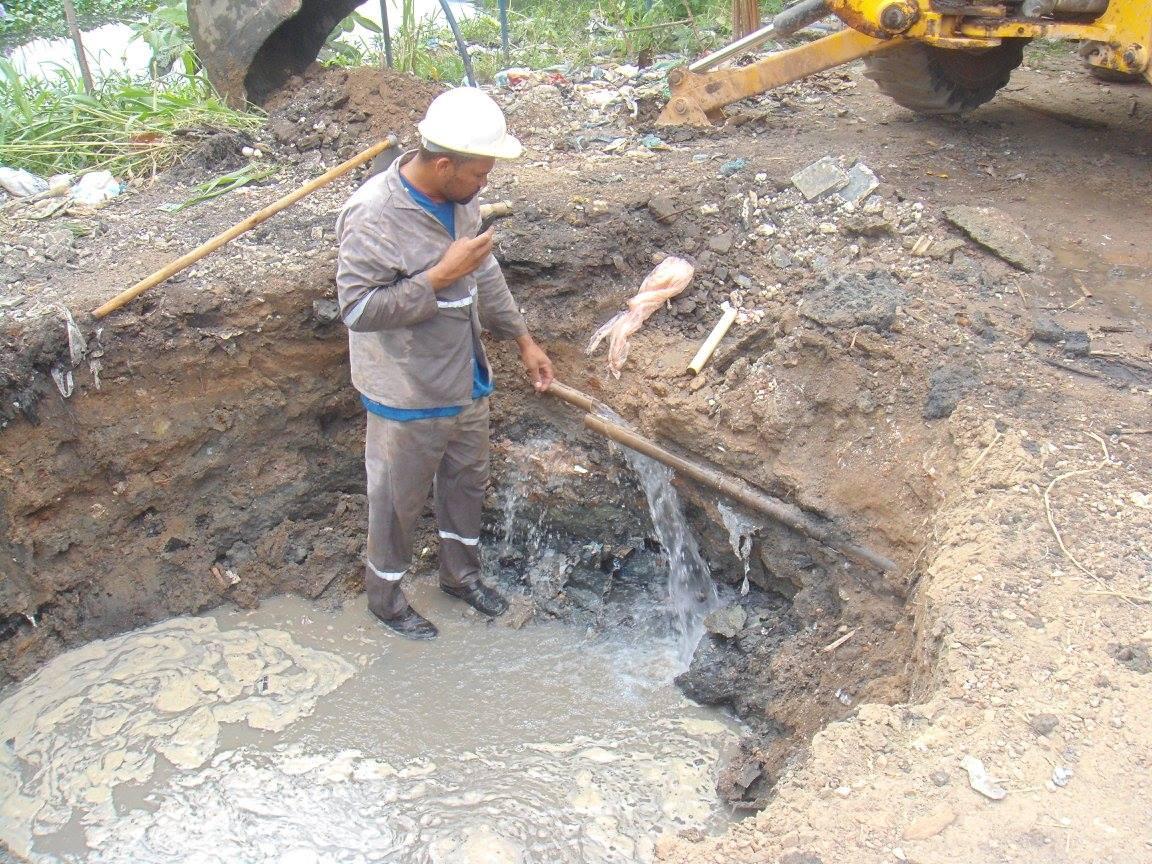 Ruptured water pipe in Vila Autódromo