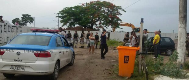 House was surrounded by armed municipal guards, police cars, Sub-Mayor Alex Costa, M, R, and bulldozers
