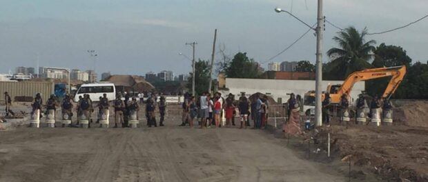 Municipal Guards lining up to demolish Heloisa Helena's home. Photo by Claire Lepercq