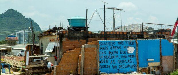 Demolitions and graffiti in Vila Autódromo