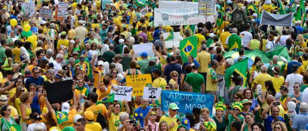 Protesters last Sunday. Photo by Tânia Rêgo/Agência Brasil