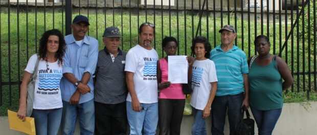 Vila Autódromo residents deliver demand to City Hall that Mayor discuss the upgrading plan with them in person.