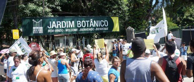 Protest outside the entrance to Jardim Botânico