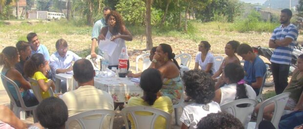 Community meeting after first meeting with the City. Photo from Vila Autódromo Facebook page