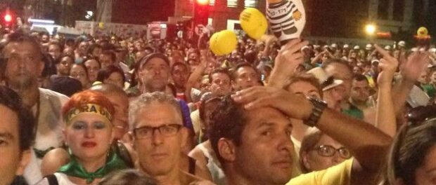 Millions of Brazilians stopped to watch the vote either at home or on the streets. Image by BBC Brasil