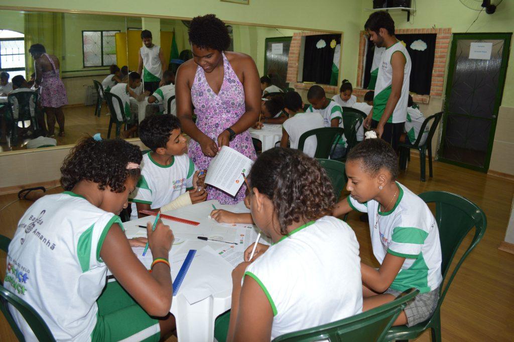 A citizenship class run for local youth by Semente do Amanha