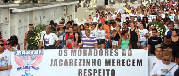 Jacarezinho residents protest at Wesley's funeral