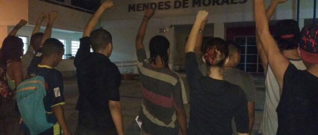 Students outside Mendes do Moraes resolved to reoccupy the school following the first attacks on May 9 and 10